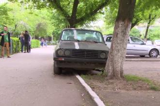 Furiosi ca nu si-a mutat Dacia din loc de 5 ani, vecinii s-au gandit sa ii dea o lectie.