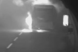 Un autocar cu 48 de elevi a luat foc intr-un pasaj, in timpul excursiei. Prima reactie a soferului