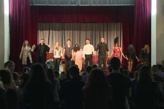 Peste 600 de studenti au stat la coada ore bune sa vada o piesa de teatru. Surpriza de care au avut parte apoi: