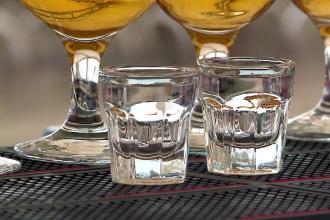 Consumul de alcool afectează ficatul. Ce ne recomandă medicii