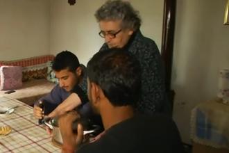Batrana de 82 de ani care isi imparte casa cu refugiatii culesi de pe strada.