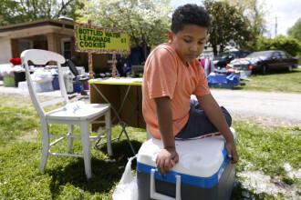 Un baietel de 9 ani si-a deschis un stand de limonada ca sa-si indeplineasca visul. Este sfasietor ce vrea sa faca cu banii