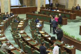 Parlamentarii se plang ca muncesc prea mult, intr-o sedinta suspendata pentru ca sala era goala.