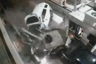 Accident infiorator pe o autostrada din SUA. Un SUV a spulberat mai multe autovehicule, un sofer a murit. VIDEO