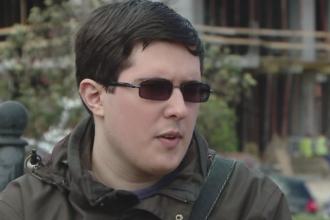 Sufera de autism dar a reusit sa ajunga student la Stiinte Economice. Sute de romani au iesit in strada pentru cei ca el