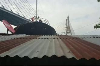 O nava scapata de sub control a parasit albia unui fluviu si a distrus cateva case, in Thailanda. Ce spune capitanul