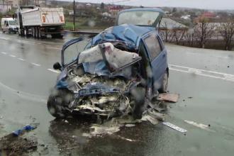 Un tanar a decedat pe loc dupa ce a intrat cu masina intr-un TIR care circula regulamentar.