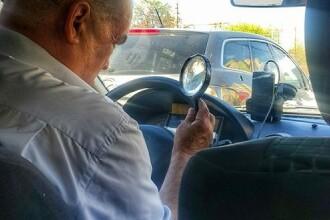 Un taximetrist din Moldova isi verifica comenzile pe telefon cu lupa. Imaginea a devenit virala