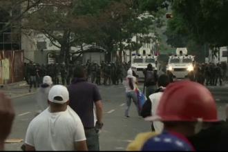 Jandarmii din Venezuela au folosit gaze lacrimogene pentru a-i dispersa pe protestatari. O femeie de 87 de ani a murit