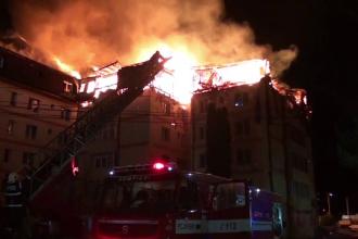 Mansarda unui bloc din Gura Humorului, cuprinsa de flacari. 18 apartamente au fost distruse, iar oamenii au ajuns in strada