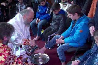Arhiepiscopul Dunarii de Jos a spalat picioarele a 12 copii, in catedrala din Galati. Semnificatia ritualului impresionant