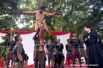 Crucificari, slujbe si milioane de rugaciuni. Cum este sarbatorit Pastele in lume. GALERIE FOTO