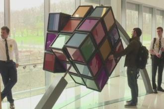 Jocul Rubik, regandit de cativa studenti din Michigan. Noul cub are 680 de kilograme si e disponibil tuturor