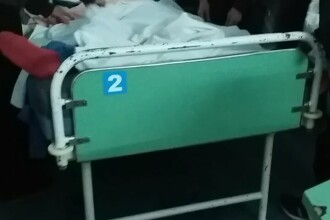 Scandal in Galati. O femeie ii acuza pe medici ca au legat-o pe bunica sa, in spital, de maini si de picioare, cu pijamale