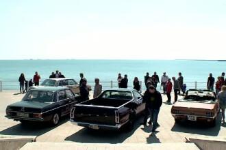 Ziua in care Cadillac-ul a concurat pe picior de egalitate cu o batrana Dacie. Parada masinilor retro, organizata in Romania