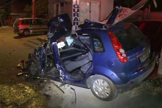 Un barbat a ramas blocat in propria masina, in urma unui accident violent provocat de o soferita care a intrat pe contrasens