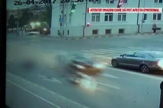 Accident grav in Suceava, surprins de camere. Un motociclist a fost lovit in plin de o masina