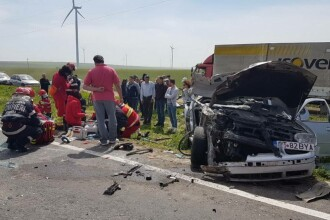 Accident grav in Constanta. Cinci persoane, intre care un copil de doi ani, ranite dupa ce un autoturism a lovit un TIR