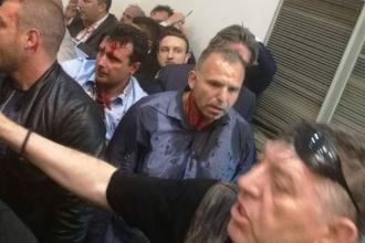 Mai multi protestatari au intrat cu forta in Parlamentul macedonean. Liderul social-democratilor a fost ranit intr-o bataie