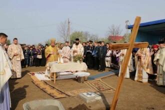 Taranii dintr-un sat din Vaslui au intins covoare pe drum pentru a nu se murdari pe pantofi episcopul Husilor. FOTO