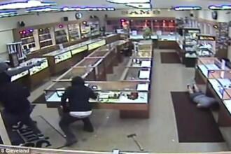 A fost impuscat in timpul unui jaf, dar un obiect i-a salvat viata unui angajat al unui magazin de bijuterii. VIDEO