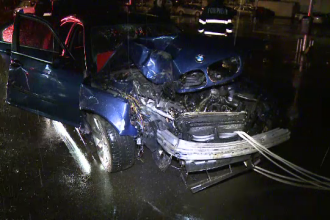 Un sofer beat din Capitala a intrat cu masina intr-un copac, iar doi pasageri au fost raniti. Ce a patit barbatul vinovat