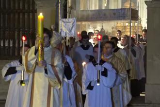 Romano-catolicii şi protestanţii celebrează Paştele. Credincioșii au primit cu bucurie lumina sfântă