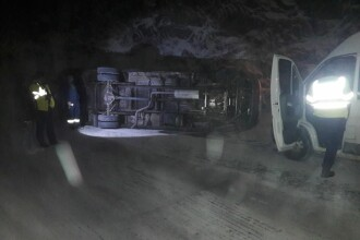 Microbuz plin cu turiști străini, implicat într-un accident la Salina Slănic