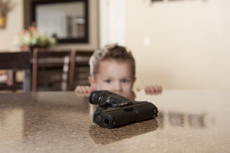 Un copil a găsit un pistol încărcat într-un magazin Ikea și a tras un glonț