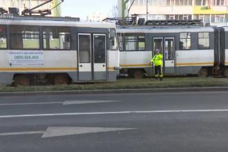 Fetiță singură în stația de tramvai după ce vatmanul a închis ușile, iar bunicul ei a rămas înăuntru