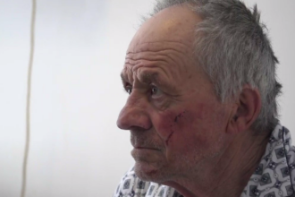 Hrană, bani pentru chirie și loc de muncă. Românii fac dreptate în cazul bătrânului bătut