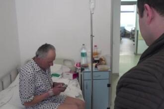 Donații de 90.000 lei pentru bătrânul bătut. Unii oameni vor să îi dea casele lor