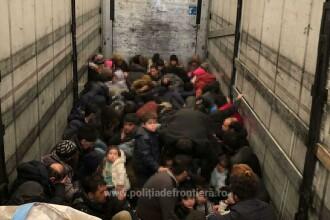 Camion cu 79 de migranţi ascunși, printre saci cu cărbuni, oprit la graniţa româno-ungară