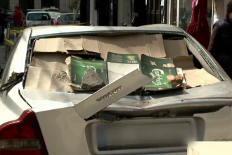 Proprietarii mașinilor avariate în Centrul Vechi, de fațada căzută, au depus plângeri