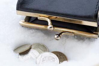 Portofel cu bani găsit pe pârtie după topirea zăpezii. Proprietarul, un turist ce-l pierduse în februarie