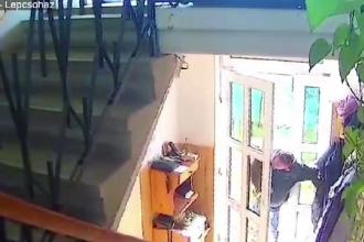 Hoț din Sfântu Gheorghe, filmat în timp ce fură dintr-o casă în amiaza mare