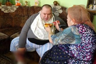 Un bărbat imobilizat la pat, îngrijit de mama de 72 de ani. Drama prin care trece familia