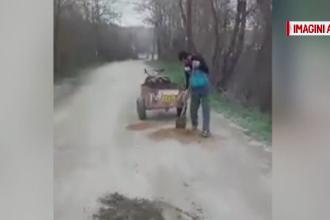 Doi gorjeni, ameninţaţi cu amenzi pentru că au astupat gropile din asfalt