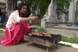 Grătar în cimitir. Tradiţia cere ca bărbaţii să mănânce la masă iar femeile, pe morminte