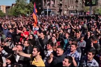 Zeci de răniți, în Armenia. Mii de oameni au protestat față de fostul președinte
