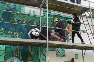 O pictură murală uriaşă a înfrumuseţat peretele unui liceu din Cluj-Napoca