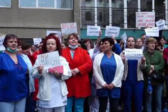 Zeci de angajați din Sănătate au protestat, miercuri, revoltaţi de scăderea salariilor