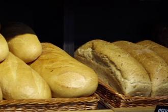 Cum vor doi tineri să reducă risipa alimentară. Vand painea rămasă de peste zi