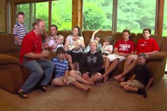 """O familie mai mare decât o echipă de fotbal: 14 copii și toți băieți. """"Fără oricare dintre ei ar fi ciudat"""