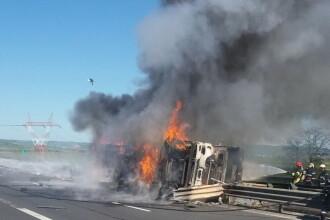 O cisternă plină cu vin s-a răsturnat pe Autostrada Sibiu - Orăştie şi a luat foc. VIDEO