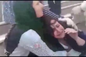"""Imagini șocante în Iran. Tânără agresată și umilită de """"poliția moralității"""""""