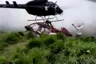 Momentul în care un supraviețuitor al unui accident aviatic este ucis de elicele unui elicopter. VIDEO