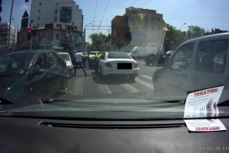Imagini șocante în București: un șofer se dă jos și sparge geamul unui Logan