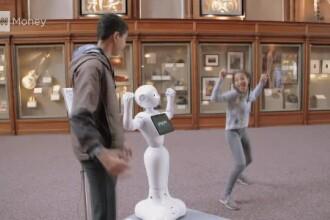Un celebru complex de muzee folosește roboți pe post de ghid. Oamenii își fac poze cu ei