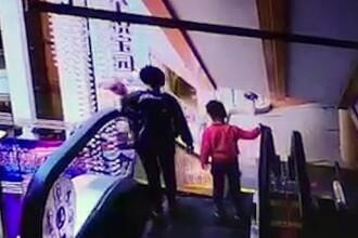 Un bebeluș a murit după ce mama lui l-a scăpat de pe o scară rulantă. VIDEO